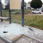 Una pensilina vandalizzata davanti all'Alba hotel in corso Asti