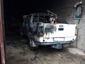 Incendio nel magazzino comunale di Castiglione Tinella, in fiamme un pick up