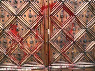 Imbrattato il portale del Duomo di Pinerolo