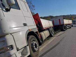Camion fuori strada vicino al ponte di Pollenzo
