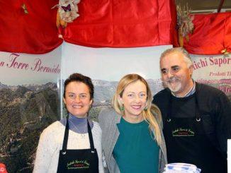 Giorgia Meloni visita la Fiera del tartufo e cerca trifole a Monteu 2