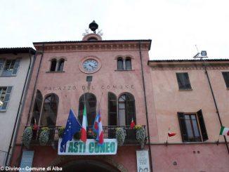 Uno striscione sul balcone del municipio a favore della Asti-Cuneo