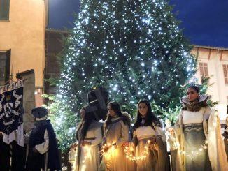 Il Natale si avvicina: in piazza Duomo da Alba ci sono albero e presepe