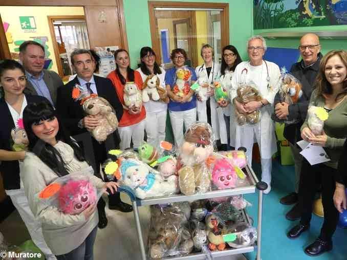 Trecento pupazzetti donati agli ospedali di Alba e Bra per i piccoli degenti