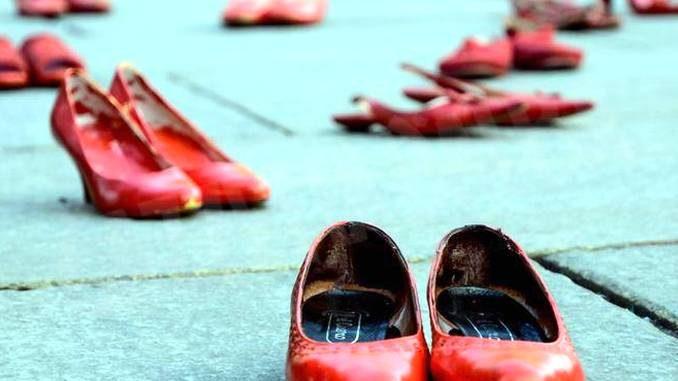Scarpe rosse in piazza contro la violenza sulle donne 1