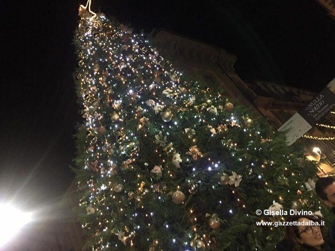 Acceso da Maria Franca l'albero donato alla città di Alba dalla famiglia Ferrero 1