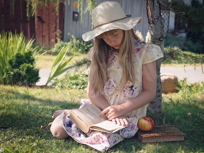ragazza lettura libro