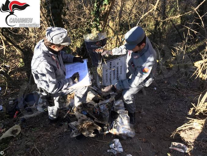 carabinieri forestali trovano rifiuti