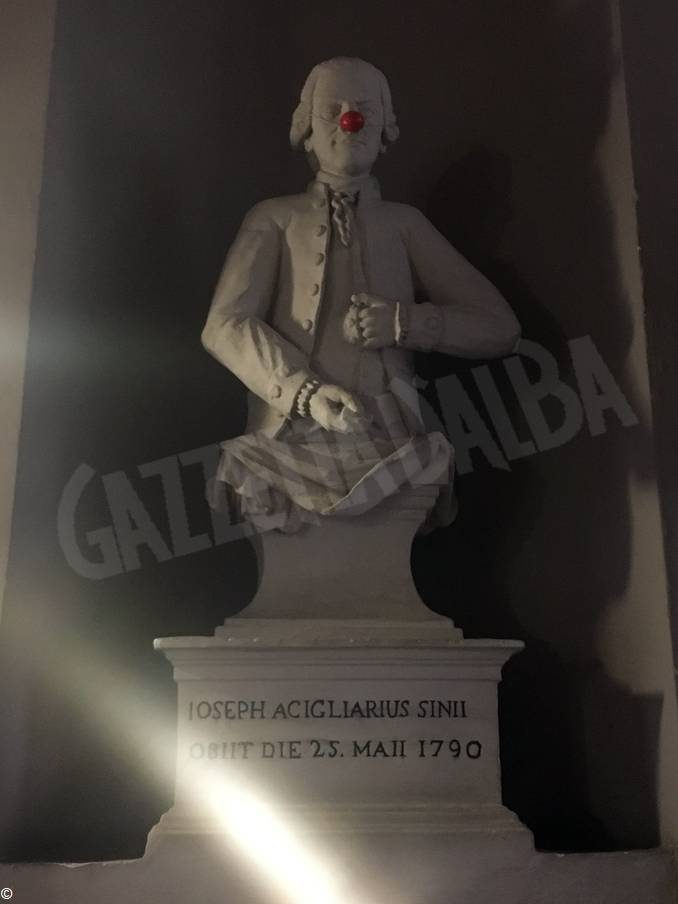 Alla statua in ospedale spunta il... naso rosso
