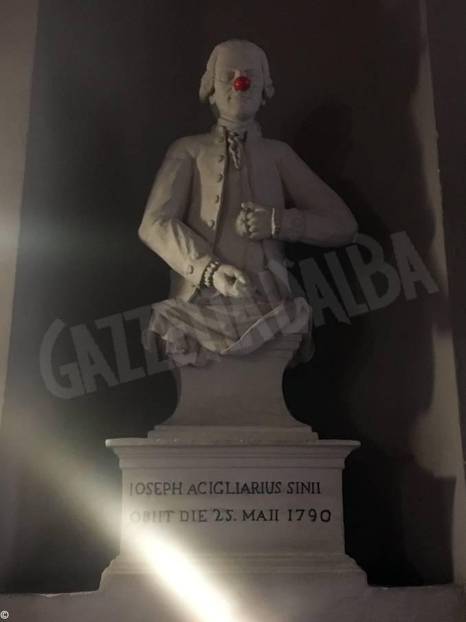 ospedale alba statua naso rosso