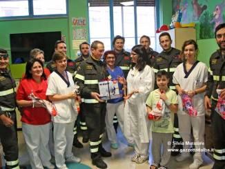 I pompieri albesi consegnano dolci e un aerosol ai piccoli del reparto Pediatria
