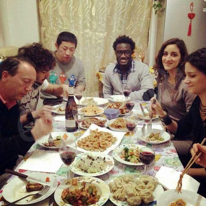 Indovina chi viene a cena...? I richiedenti asilo di Alba e Bra aprono le porte delle loro case per cene dal mondo
