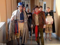 È Carnevale. Le maschere della Famija albèisa incontrano gli ospiti delle case di cura