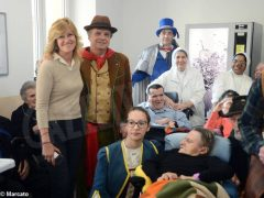 È Carnevale. Le maschere della Famija albèisa incontrano gli ospiti delle case di cura 10