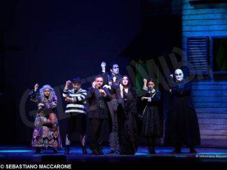 Gabriele Cirilli con gli Addams, miti della satira