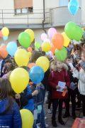 La pace è servita! Circa 300 persone hanno lanciato in cielo i palloncini 5
