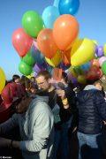 La pace è servita! Circa 300 persone hanno lanciato in cielo i palloncini 9