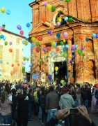 La pace è servita! Circa 300 persone hanno lanciato in cielo i palloncini 11