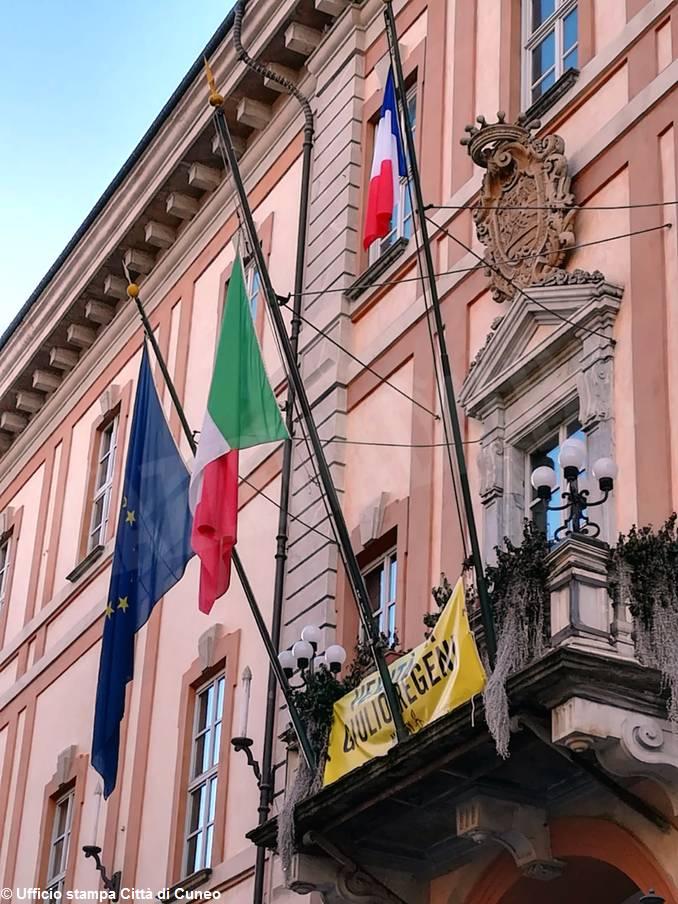 municipio cuneo bandiera francese 2