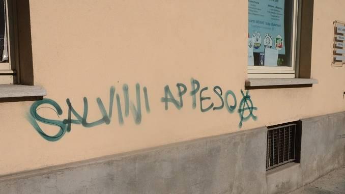 Scritte anarchiche contro Matteo Salvini comparse nella notte ad Alba