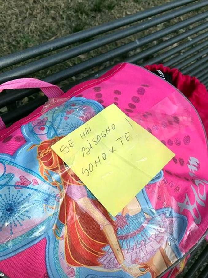 Se hai bisogno sono per te: chi ha lasciato zaini con vestiti e coperte sulle panchine? 1