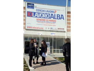 Alba: in tanti in coda nel palazzo dei congressi per Io lavoro