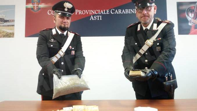 Asti: bambino di due anni da solo in strada. I carabinieri lo riaccompagnano a casa e trovano oltre 3 etti di droga