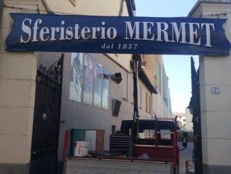 L'insegna all'ingresso dello sferisterio Mermet è stata ritinteggiata