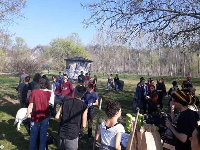 Collettivo Mononoke a parco Tanaro per ripulirlo