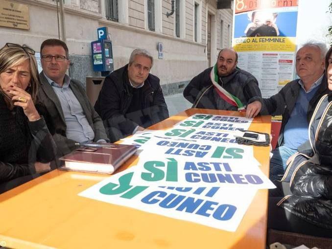 Continua la protesta dei sindaci davanti alla Prefettura per sollecitare l'Asti-Cuneo 1