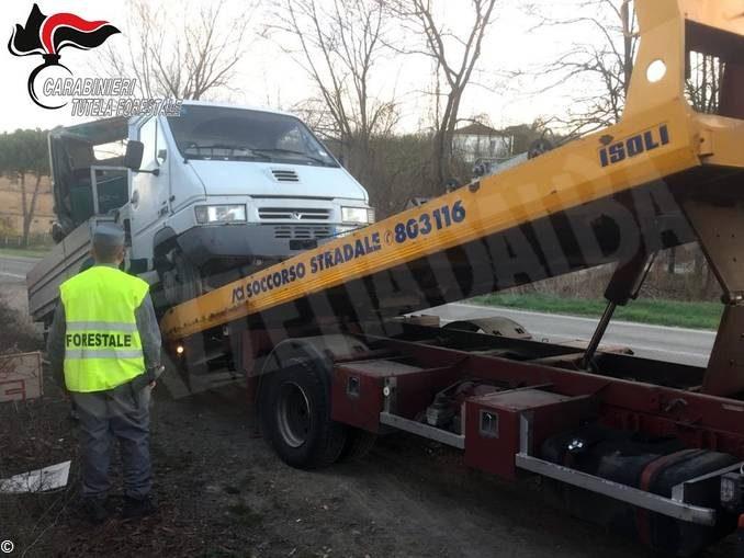 Trasportavano un trattore rubato: denunciati dai Carabinieri forestali di Canelli