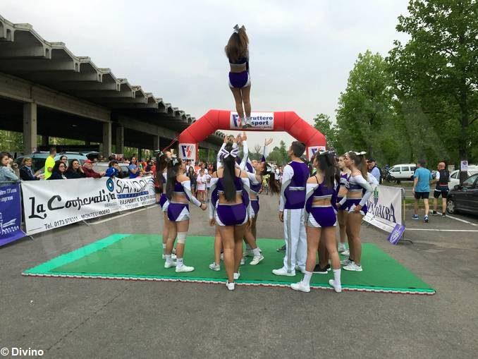 Cheerleading: i Titans provano il loro esercizio per i mondiali in piazza Risorgimento