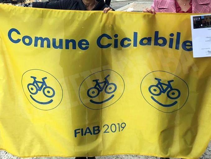 Alba è un comune ciclabile: la Fiab assegna la bandiera con tre biciclette