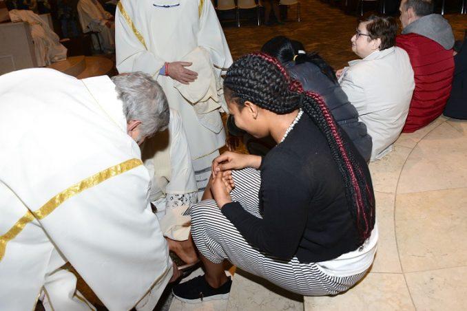 Il vescovo lava i piedi a un'intera famiglia 1