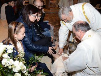 Il vescovo lava i piedi a un'intera famiglia