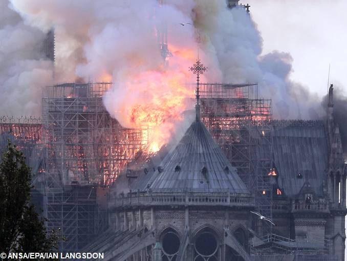 L'arcivescovo di Torino Nosiglia: «Notre Dame ci ricorda la cappella della Sindone» 2