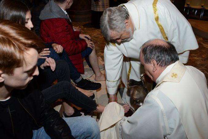 Il vescovo lava i piedi a un'intera famiglia 2