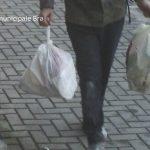 Bra: filmato dalle telecamere mentre abbandona rifiuti