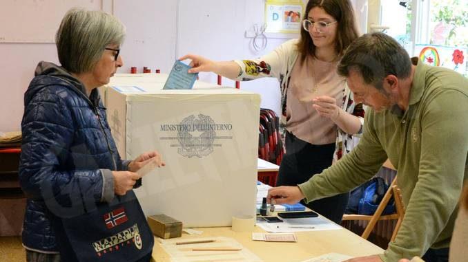 Tanti elettori e tanta solitudine: il nostro tour tra i seggi albesi 2
