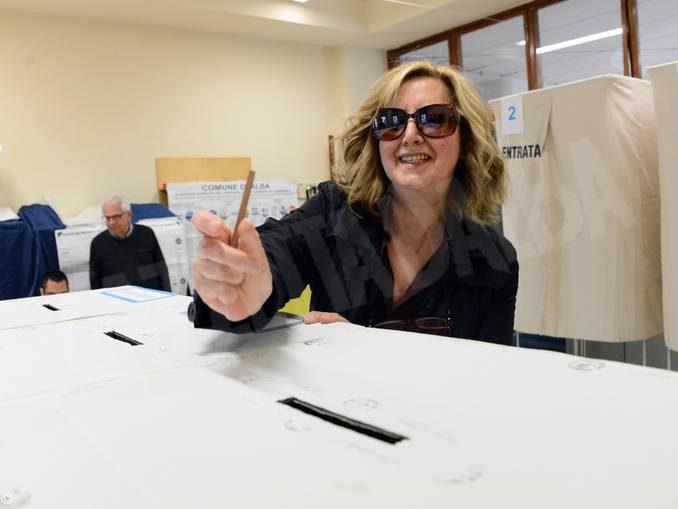 Tanti elettori e tanta solitudine: il nostro tour tra i seggi albesi