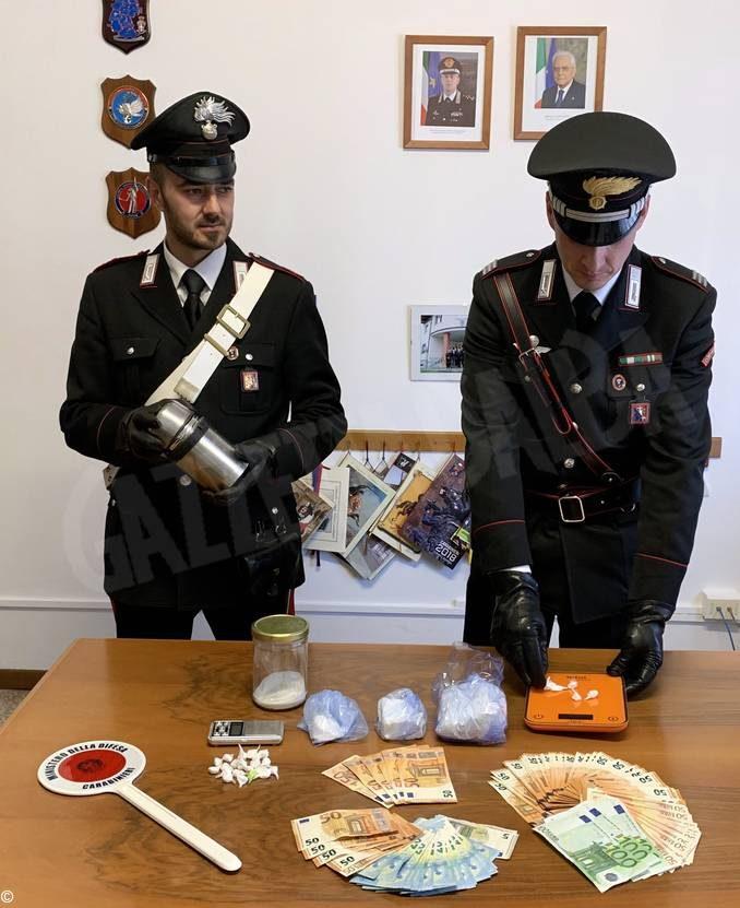 I carabinieri documentano oltre 500 cessioni di droga, poi arrestano uno spacciatore a Monale
