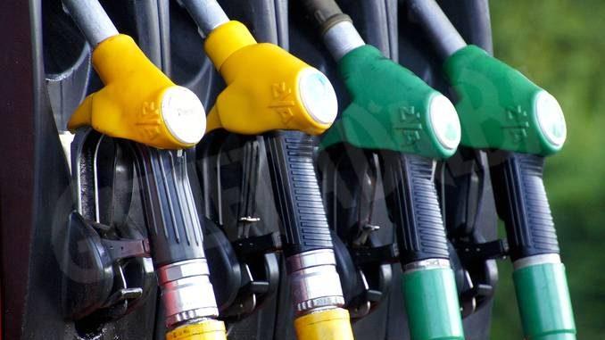 Al distributore fingeva di aiutare chi era in difficoltà ma il carburante finiva nella sua auto