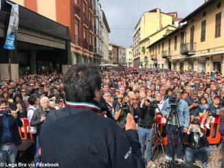 Salvini a Bra tra sostenitori e contestatori