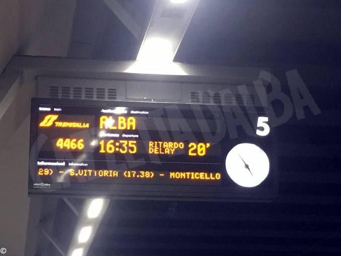 Verso Torino treni in ritardo e utenti senza informazioni