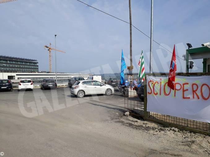 Lavoratori in sciopero al cantiere del nuovo ospedale