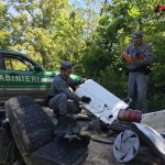 Abbandonano rifiuti aziendali in bosco. Dai successivi controlli emerge un abuso edilizio