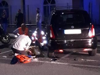 Alba: moto contro auto in sosta in piazzale Beausoleil, due feriti