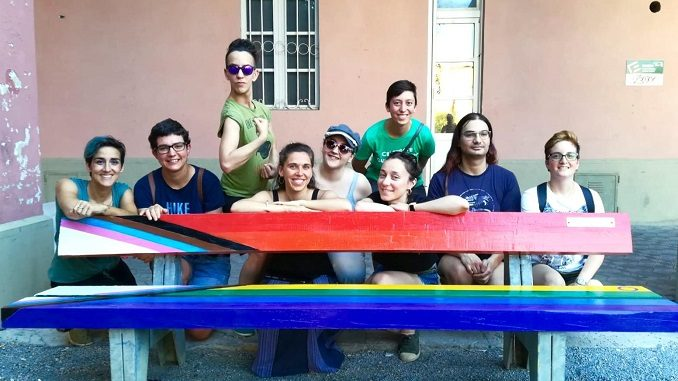 Un panchina arcobaleno nel cortile della Maddalena per ricordare i Moti di Stonewall