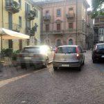 Foto dal sabato sera albese: il parcheggio selvaggio in via Cuneo ad Alba
