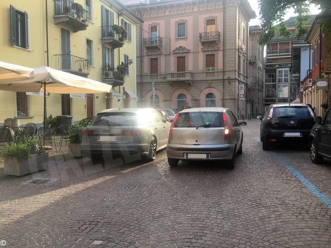Foto dal sabato sera albese: lo slalom dei pedoni in via Cuneo ad Alba 2